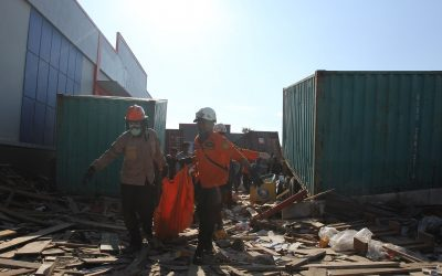 indonesia natural disaster tsunami earthquake disaster rescue team helping to clear